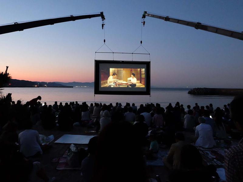 """「うみぞら映画祭2019」~波音をBGMに海辺で愉しむ""""海の映画館"""""""